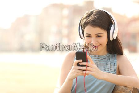 chica escuchando musica con auriculares de