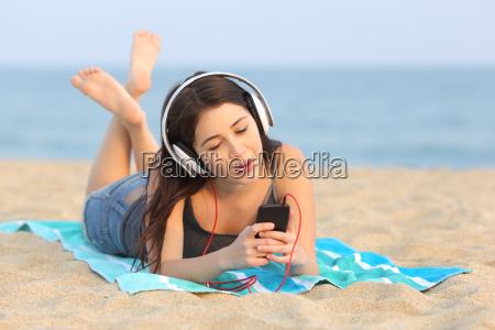 chica joven escuchando musica y cantando