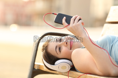 chica adolescente escuchando musica desde un