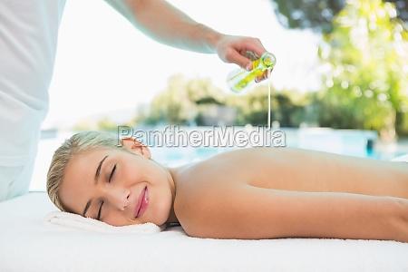 mujer que recibe masaje posterior en