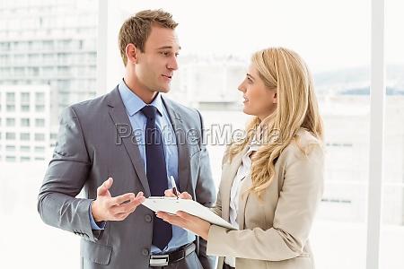 mujer hablar hablando habla charla oficina