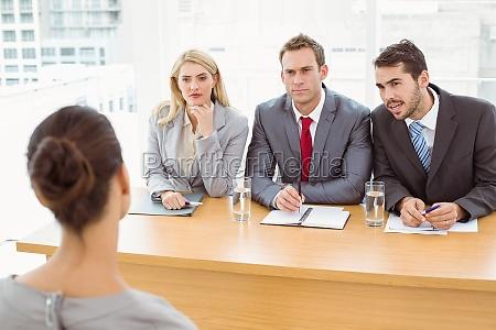 mujer oficina entrevista discutir discusion estrategia