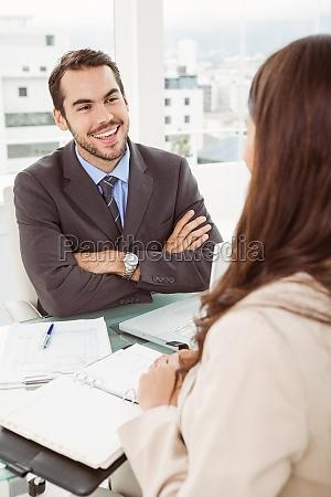 mujer oficina risilla sonrisas entrevista discutir
