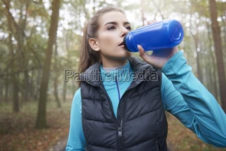 mujer sedienta despues del duro entrenamiento