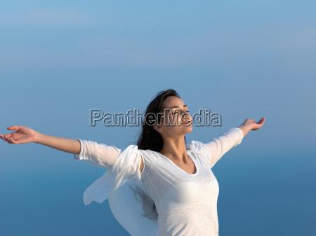 mujer joven disfrutar del atardecer