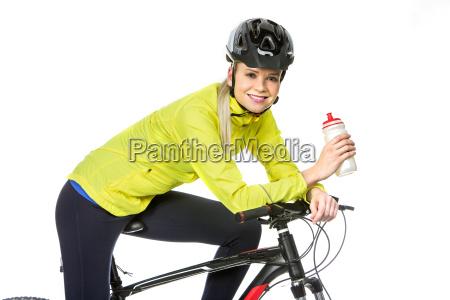 mujer con bicicleta de agua potable