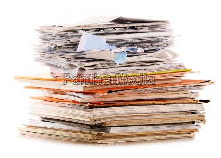 pila de papel de reciclaje aislado