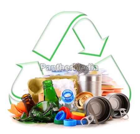 basura reciclable que consiste en metal