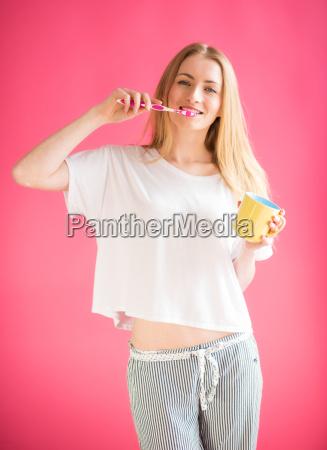 chica en pijama se cepilla los