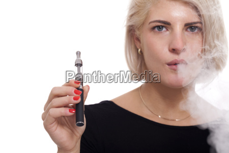 la joven fuma un cigarrillo electronico