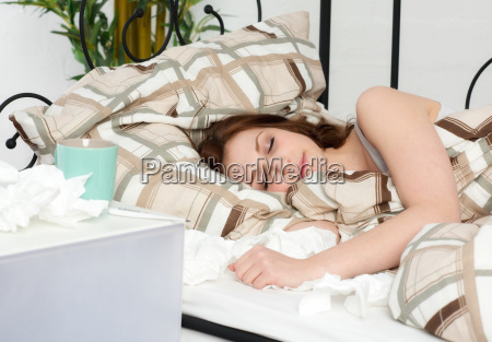 mujer joven en la cama durmiendo