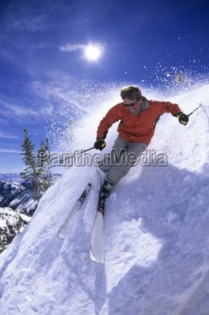 hombre esqui de primavera en un