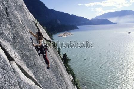 una mujer trepando con el agua