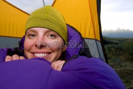 una mujer joven sonrie en su