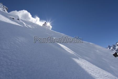 un esquiador talla en polvo perfecto
