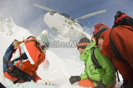 un grupo de esquiadores observa como