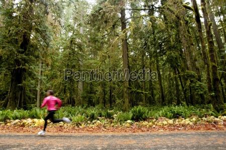una mujer corriendo por un camino