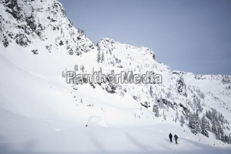 dos esquiadores en el campo en