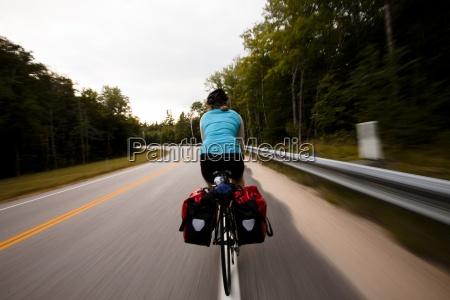 un ciclista femenino sube por la