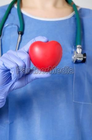 corazon en la mano del cirujano