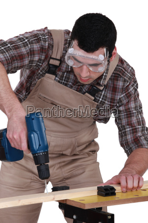 handyman usando un destornillador