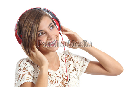 chica feliz disfrutando y escuchando la