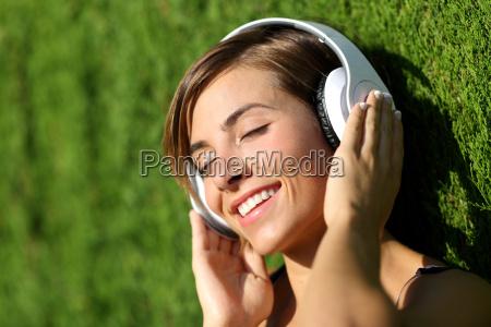 chica feliz escuchando la musica con