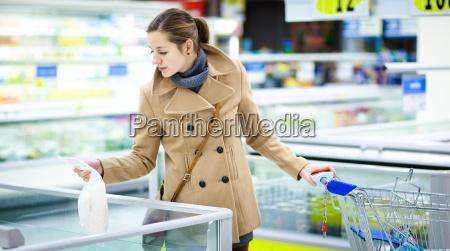 hermosa joven de compras de frutas