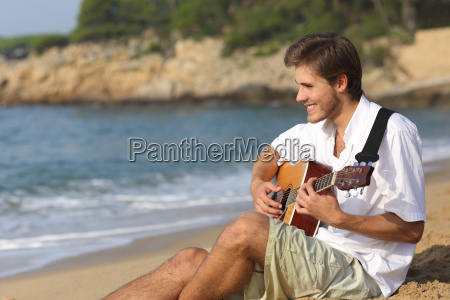 hombre guapo tocando guitarra clasica en