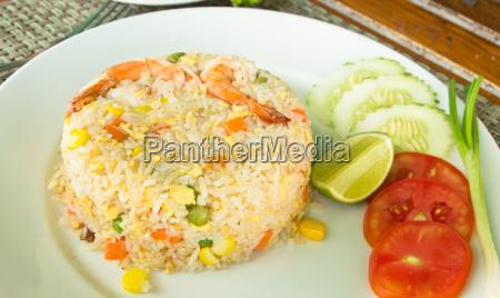 arroz frito con camarones comida tailandesa