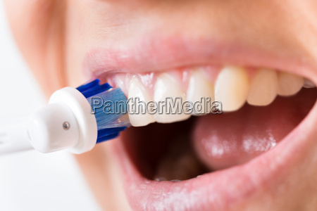 dientes de cepillado de persona