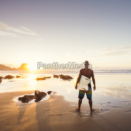 hombre que practica surf