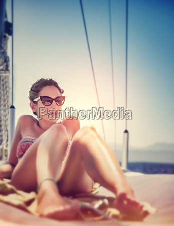 mujer sexy en velero