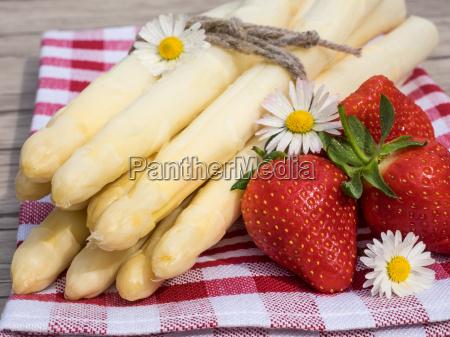 esparragos y fresas en la mesa
