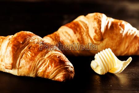 croissant mantequilla y pan encima de