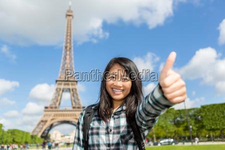 joven atractivo turista asiatico disfrutando de