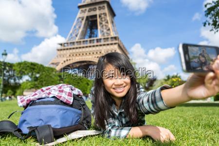 joven atractivo turista asiatico en paris