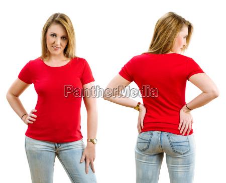 mujer rubia feliz con camisa roja