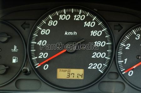 salpicadero de coche con velocidad y