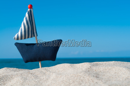 pequenyo velero junto al mar tela