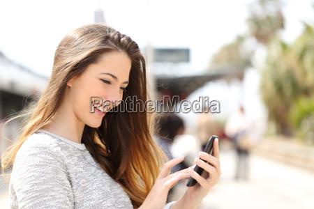 texting en un telefono inteligente en