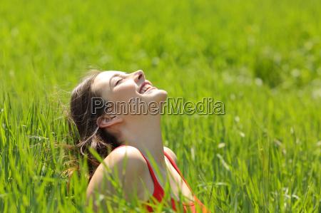 chica feliz cara respirando aire fresco