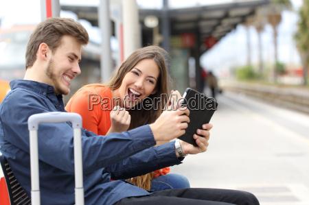 pareja euforico jugando juegos en una