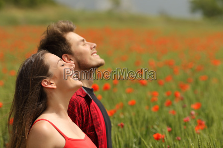 pareja feliz respirando aire fresco en