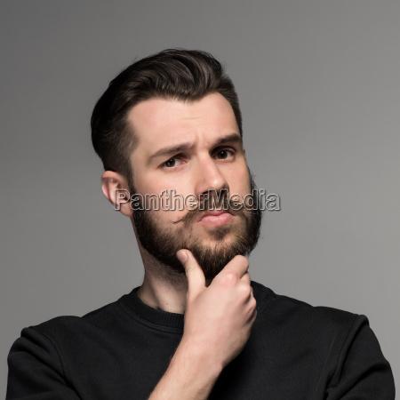 retrato de moda de hombre joven