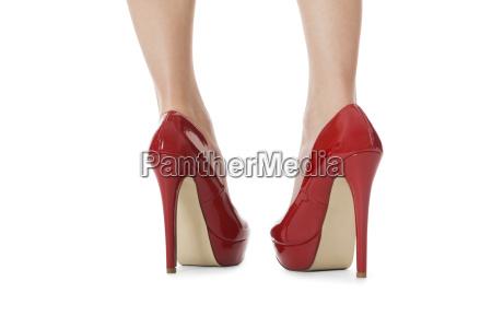 atractivas piernas femeninas con tacones altos
