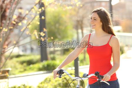 mujer franca caminando en un parque