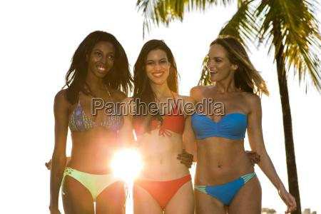 mujer mujeres verano veraniego tres jovenes