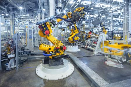 robots en una fabrica de automoviles