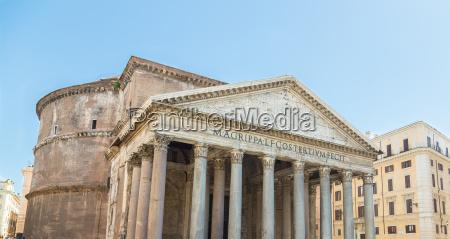 panteon en roma con cielos azules